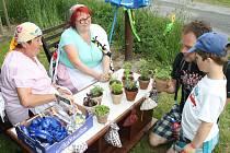 Děti se v parku Dětského domova v Nové Vsi u Chotěboře setkaly například i s kořenářkami. Jejich úkolem bylo poznat, jak která bylinka voní.