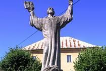 Socha Mistra Jana Husa dominuje náměstí v Ledči.