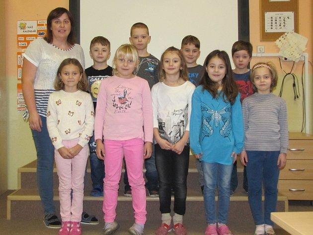 Žáci první třídy ZŠ a MŠ Maleč střídní učitelkou Mgr. Zuzanou Lukešovou.