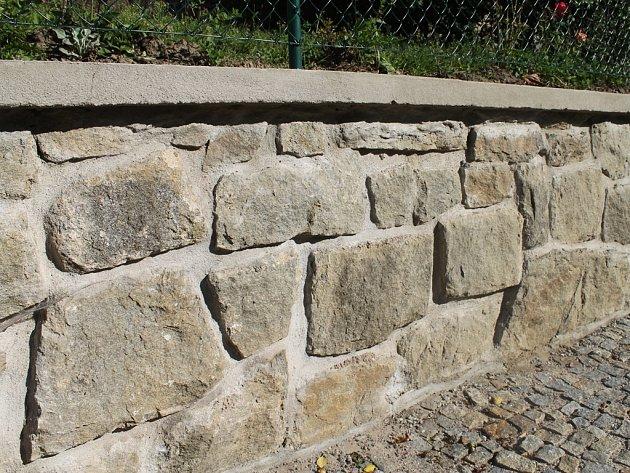 Jako nový. V Lučici už opravili i taras v uličce mezi kostelem a základní školou.