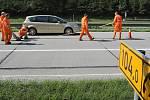 Úpravou dopravního značení začala 9. května rekonstrukce prvního úseku dálnice D1. Na 104. a 112. kilometru dálnice pracovníci osazovali nové cedule a vytvářeli vodorovné značení pro uvolnění pruhu u středových svodidel, kde začnou první práce.