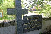 Ve zdi, která odděluje hřbitov od návsi s rybníkem, je prostá náhrobní deska. Text praví, že v srpnu uplyne 100 let od narození písničkáře Karla Veselého (Jilemského), a že zahynul 24. března 1945. Rozstřílené tělo bylo do hrobu uloženo 29. března 1945.
