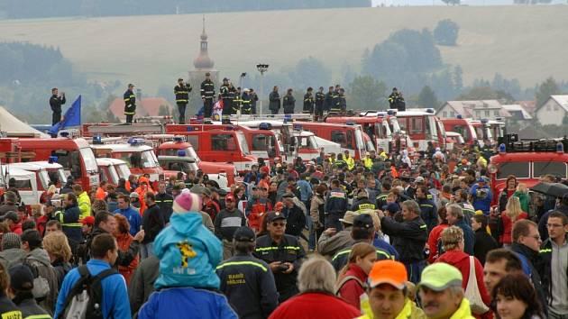 Loni přišlo na Pyro Car v dešti deset tisíc lidí, organizátoři věří, že letošní poslední víkend v srpnu bude na přibyslavském letišti svítit slunce.