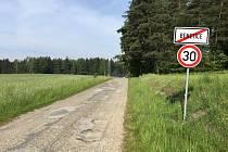 Kritický úsek. Účelová silnice mezi obcemi Benetice a Vilémovice na Ledečsku je v dezolátním stavu. Tříkilometrový úsek je kompletně posetý výmoly a hlubokými dírami. V zimním období se silnice neudržuje a je zcela nesjízdná.