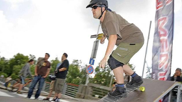 Závod skateboardistů v jedné z hlavních městských ulic.