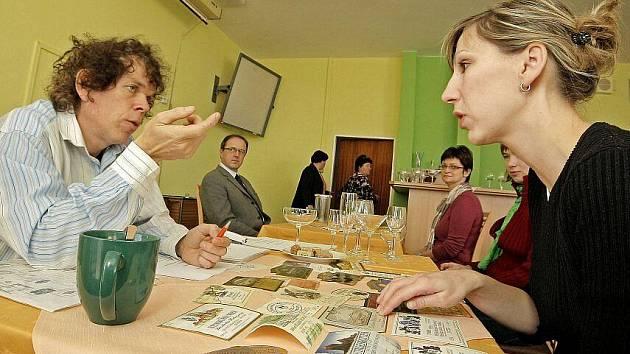 Účastníci kurzu si museli prokázat znalost údajů na cizojazyčných etiketách, různých vinných sklenek, korkových zátek i tuzemských a světových vinařských oblastí.