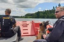 Vodní nádrž Švihov a její okolí jsou v ochranném pásmu a vstup je sem zakázaný. Nesmí se zde koupat ani rybařit. Na hladinu vyjeli na kontrolu policisté na člunu a na pomoc si s sebou vzali i psa.