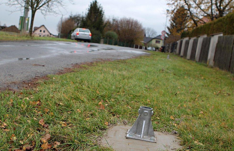 Usazené patky pro dopravní značky před domem živnostníků nevěstí nic dobrého.