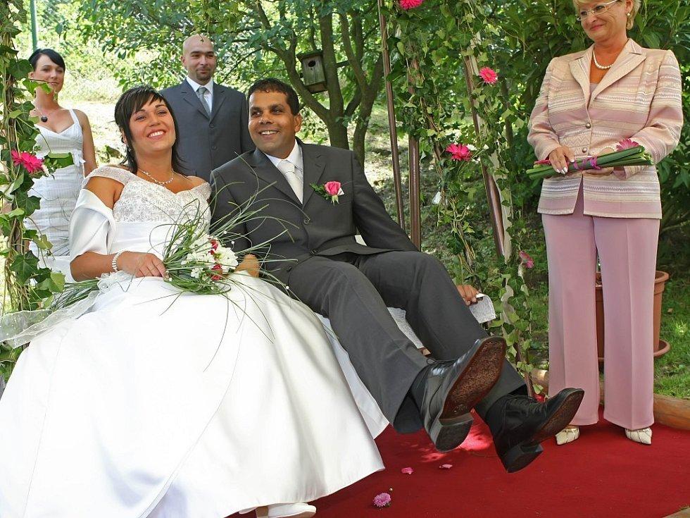 Novomanželé si řekli Ano na houpačce na zahradě Šejdorfského mlýna. Asistovala jim u toho dcera Eliška. Pro nevěstu to bylo překvapení, ale celý obřad zvládla na jedničku. Dojetí se jí ovšem skrýt nepovedlo.