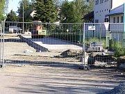 Už od jara je uzavřena ulice 5. května v Chotěboři vedle nádraží Českých drah.