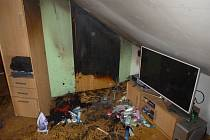 Někdy jedna katastrofa nestačí. Například v Šumperku v Olomouckém kraji jednou museli hasiči zasahovat v rodinném domě, do kterého se dostal zloděj, a ten tam pak založil i požár (na snímku).