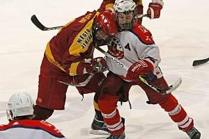 Pro havlíčkobrodské hokejové dorostence (v bílém) skončila extraligová sezona v prvním kole play off.