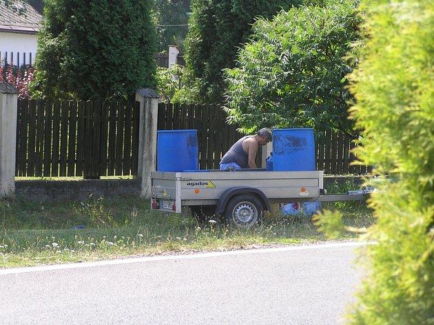 Obyvatelům některých obcí na Vysočině zřejmě v budoucnu nezbude nic jiného, než si začít pitnou vodu sami dovážet.