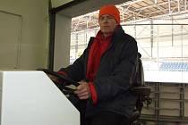 Rolba. Úprava ledu se ve Sportovním centru Pěšinky při větším provozu provádí i desetkrát denně. Rolba seřízne milimetr vrchní vrstvy ledu poškrábaného od bruslí a pomocí vody vytvoří novou hladkou vrstvu, který je tím připraven pro další návštěvníky.
