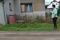 Marcela Paříková ukazuje, kam až sahala voda.