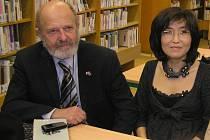 Je možno si rozumět. Alespoň to tvrdí o českém a mongolském etniku pořadatelé desetidenní akce Žijeme v jednom městě. Filozof Jiří Šíma (vlevo), slečna Ariundzul jsou členy Společnosti přátel Mongolska.