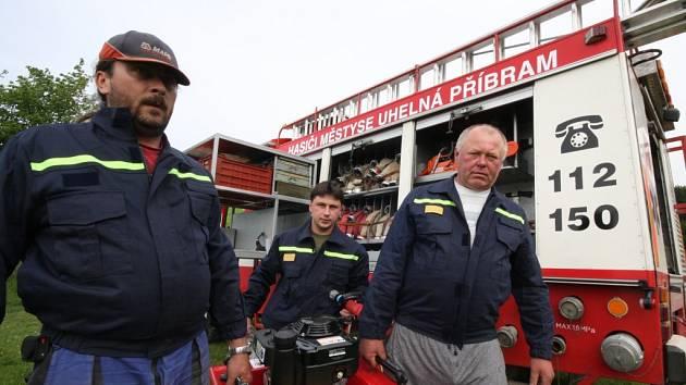 Dobrovolní hasiči v Uhelné Příbrami obdrželi bezúplatným převodem z Polné cisternovou automobilovou stříkačku. Je sice 18 let stará, ale má najeto jen 20 000 km.