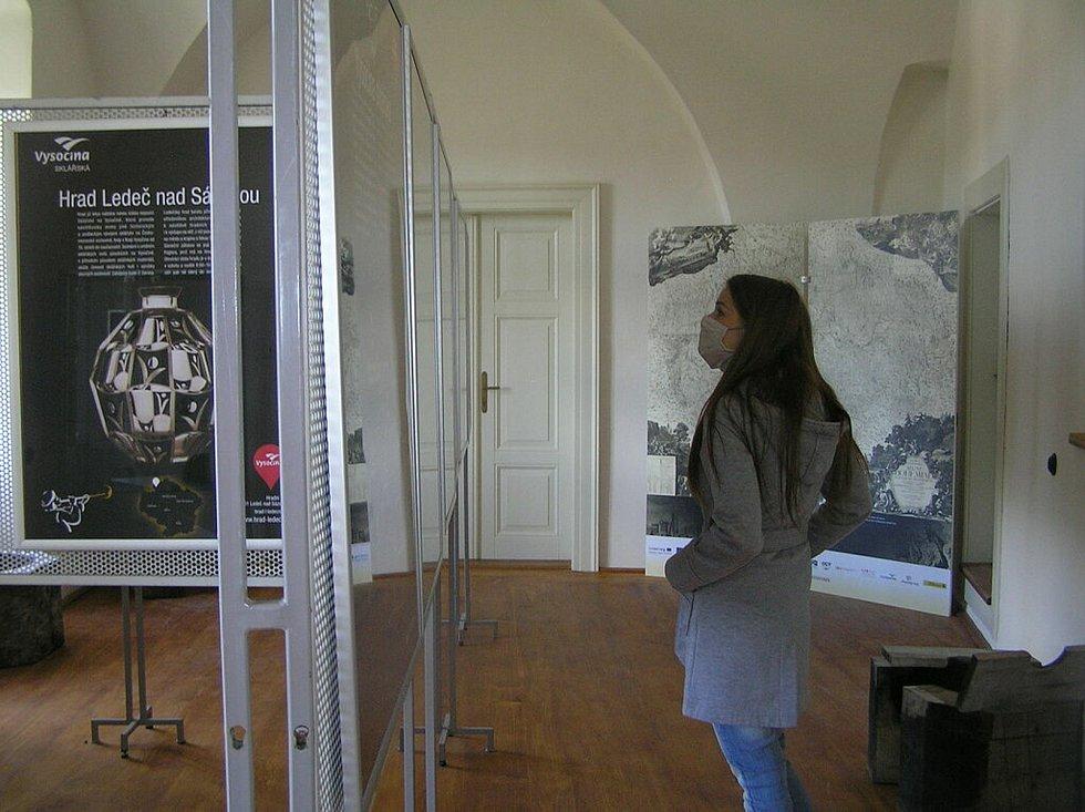 Hrad si zatím mohou turisté prohlížet jen zvenku. Po otevření zve kastelán na novou expozici skla.