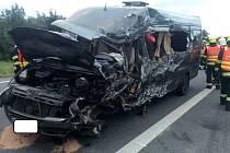Dodávka a náklaďák se srazily na obchvatu Golčova Jeníkova. Dva lidé zemřeli v noci na 27.8. 2020.