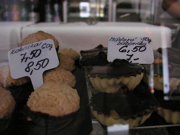 Pět či devatenáct procent daně? V cukrárně v havlíčkobrodské Horní ulici uvádějí u zákusků vždy dvě ceny.