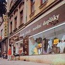 Výrobky PLEAS nabízela i podniková prodejna na havlíčkobrodském náměstí. Snímek pochází z 80. let minulého století.