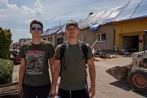 Dva kamarádi z Havlíčkova Brodu vyrazili na pomoc lidem postiženým přírodní katastrofou na jižní Moravě. S vozíkem plným nářadí.