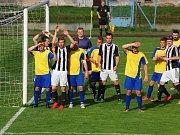 Tu letos na podzim dobyl pouze tým Sapeli Polná, se kterým prohráli fotbalisté Ledče nad Sázavou (v pruhovaném) nejtěsnějším možným výsledkem 1:0.