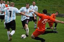 Definitivní záchrana. Tu si ve středeční dohrávce proti Kožlí zachovali v I. B třídě fotbalisté Lučice (v pruhovaném).