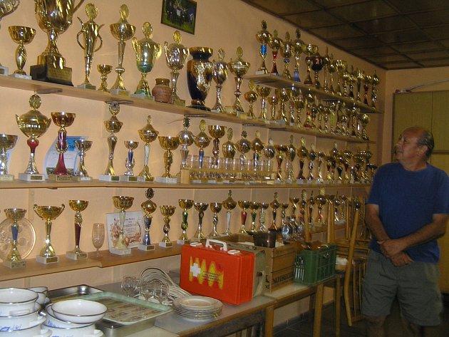 Více než dvě stovky pohárů z různých hasičských soutěží, z toho většina za první či druhé místo. To je sbírka, kterou se mohou pochlubit hasiči v Podmoklanech.
