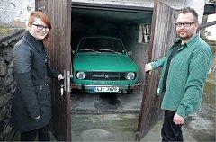Michaela Dvořáková a Václav Němec se v těchto dnech chystají na svou první letošní vyjížďku se svou milovanou Škodou 120 L.  Sezonu každoročně zahajují cestou do Chřenovic. V průběhu roku pak ve škodovce najezdí stovky kilometrů.