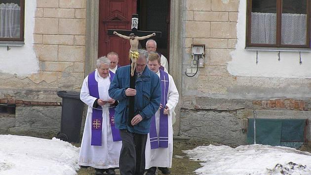 Pražský arcibiskup Dominik Duka v sobotu v Číhošti na Havlíčkobrodsku zahájil vzpomínkovou mši u příležitosti 60. výročí mučednické smrti místního faráře Josefa Toufara v případu takzvaného číhošťského zázraku.