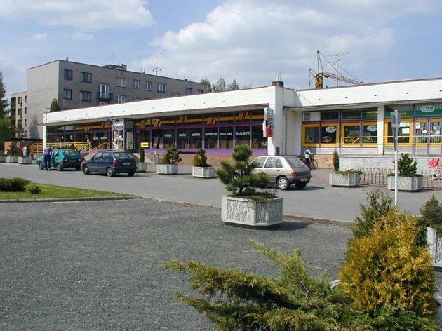 Zatím jediný supermarket kraluje ždíreckému náměstí.