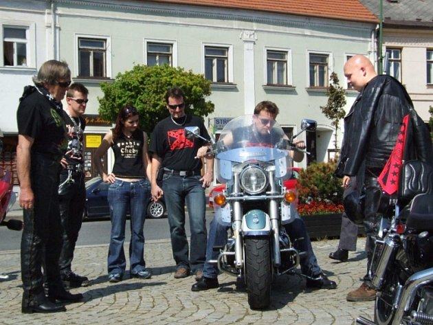 Sraz motorkářů upoutal pozornost mnoha lidí.