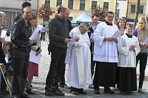 Věřící se u mariánského sloupu modlívají od loňského prosince.