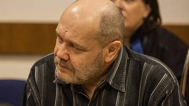 Olomoucký vrchní soud ve čtvrtek potvrdil rozsudek brněnského krajského soudu, který vraha Jana Hlaváče z jihlavské prodejny s cigaretami poslal na 16,5 roku do vězení.