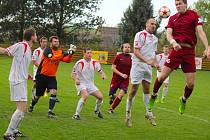 Postoupit se povedlo fotbalistům Habrů (v bílém) a Havlíčkovy Borové (v tmavém), kteří po posledních zápasech mohli začít slavit návraty do druhé nejvyšší krajské soutěže.  Oba týmy teď myslí na posilování hráčského kádru.