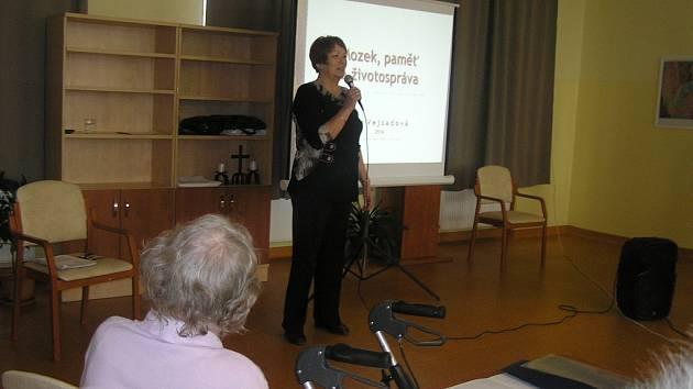 Odrostlí studenti. Posluchači Univerzity třetího věku vstoupili s lektorkou Janou Vejsadovou už do druhého semestru.