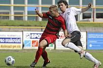 Fotbalisté Pelhřimova (v bílém Patrik Fišer) nakonec do MSFL nepostoupili, ovšem třetí místo v divizi je pro loňského nováčka velice příjemným překvapením.