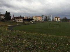 Nekvalitní škvárový povrch letního stadionu má tedy letos už konečně nahradit atletická dráha s běžeckým oválem o rozměrech 400 metrů.