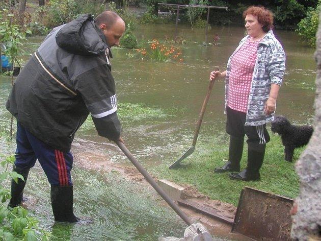 To byla velká voda.  I když hlavní vlna povodní v roce 2002 ohrožovala především  sídla na Vltavě a na Labi,  i na Havlíčkobrodsku se sčítaly ztráty. Zatopená hřiště, zničené lávky, voda  na zahradách i ve sklepích.