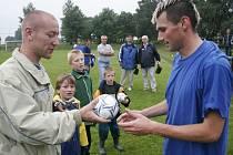 Nový šéf. Sobotní valná hromada OFS Havlíčkův Brod si zvolila nového nejvyššího muže fotbalu na Havlíčkobrodsku. Stal se jím rozhodčí a organizátor turnaje Fotbalový Tis Josef Sojka (vlevo).
