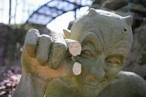 Socha čerta v zámeckém parku ve Světlé nad Sázavou přišla o dva prsty.
