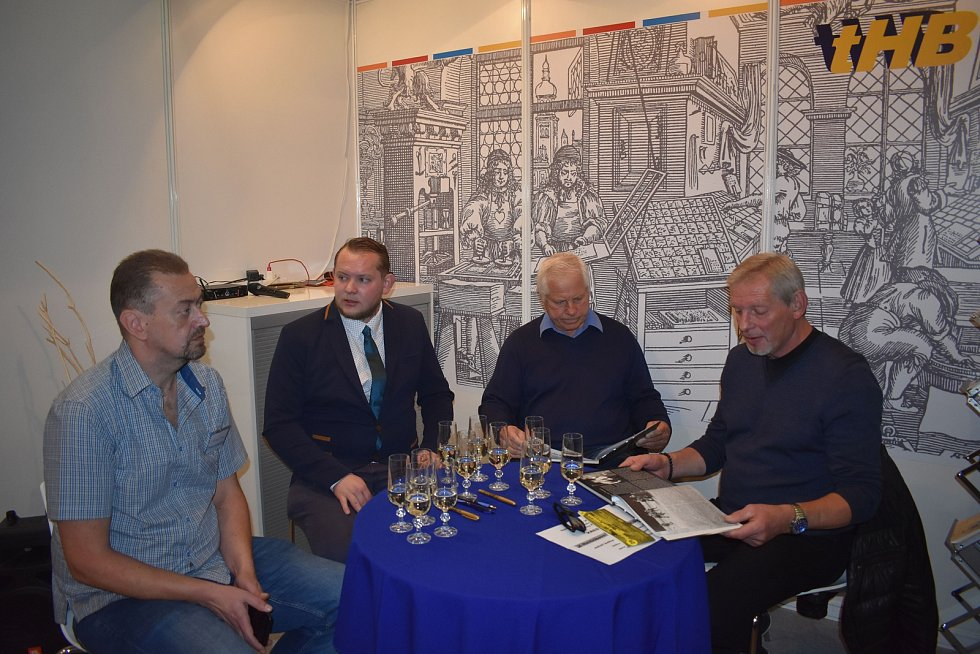 Zleva: autoři Ladislav Krov a Richard Wagner a hokejisté Milan Chalupa a Jaroslav Benák. Foto: Jaroslav Benák