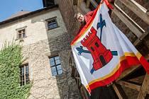 Kastelán lipnického hradu Marek Hanzlík s vlajkou pánů z Thurnu. Národní památkový ústav zasvětil letošní rok renesanční šlechtě, a tak si budou na Lipnici po celou sezonu vlajkou připomínat právě Thurny.