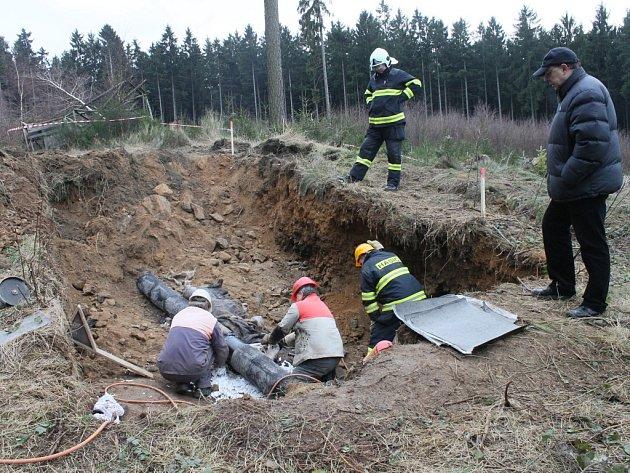 Zloději nafty způsobili u Knyku rozsáhlou ekologickou havárii.