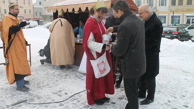 Tříkrálový stánek si na Havlíčkovo náměstí přišli prohlédnout i představitelé města Havlíčkova Brodu. A co se týče sbírky, ani oni nezůstali pozadu.