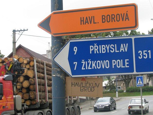 Někdo z obyvatel České Bělé ve snaze zabránit tomu, aby vozidla omylem opouštěla hlavní silnici a zabočovala ve směru na Žižkovo Pole, umístil na sloup improvizovanou směrovku na Havlíčkův Brod. Je ale příliš nenápadná, než aby problém vyřešila.