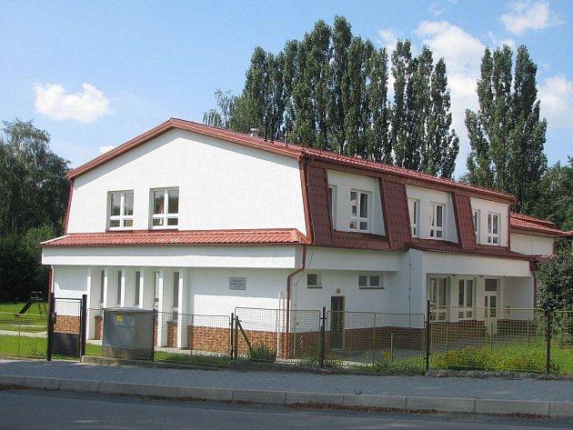 Nástavba školky ve Štokách vznikla především kvůli navýšení její kapacity. Původně se totiž počítalo pouze se zvednutím střechy.
