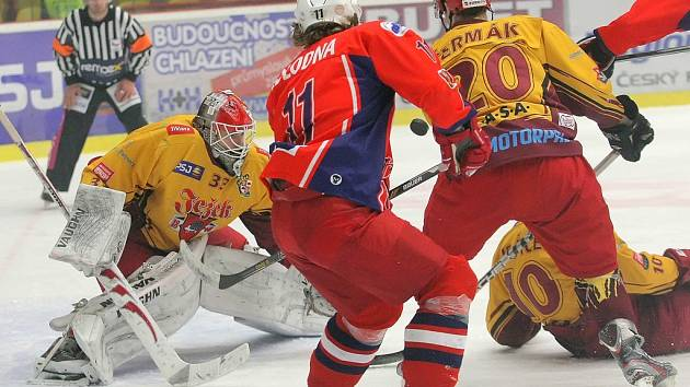 První výhra. Hokejisté Dukly (ve žlutém) poprvé v sezoně porazili Havlíčkův Brod.