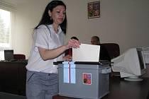 Jednou ze 163 žen, které v pátek volily v Senátní místnosti věznice ve Světlé nad Sázavou, byla i tato vězeňkyně. Havlíčkobrodskému deníku dala souhlas pouze se zveřejněním iniciál svého jména a příjmení – D. H.